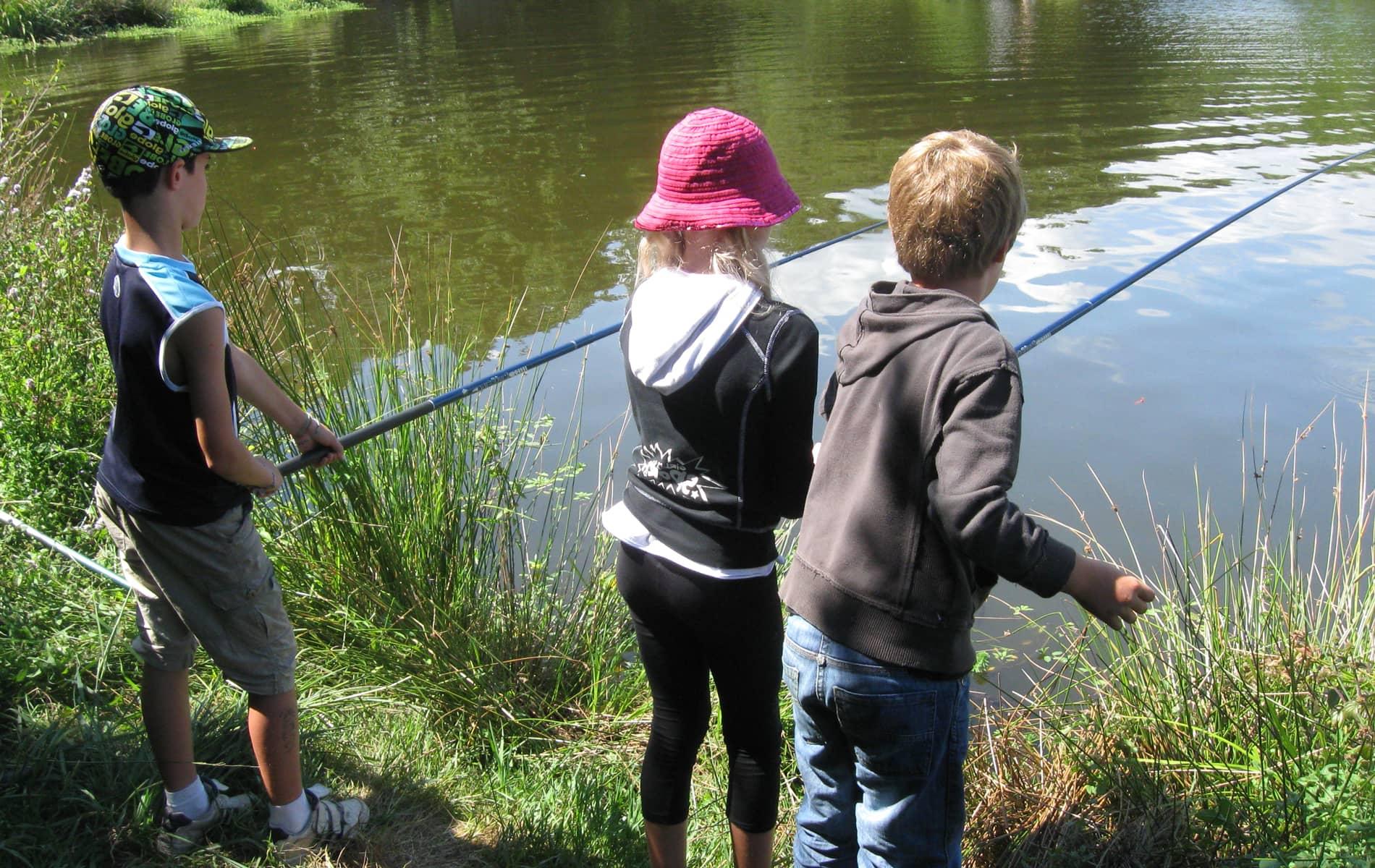 Trois jeunes enfants à la pêche