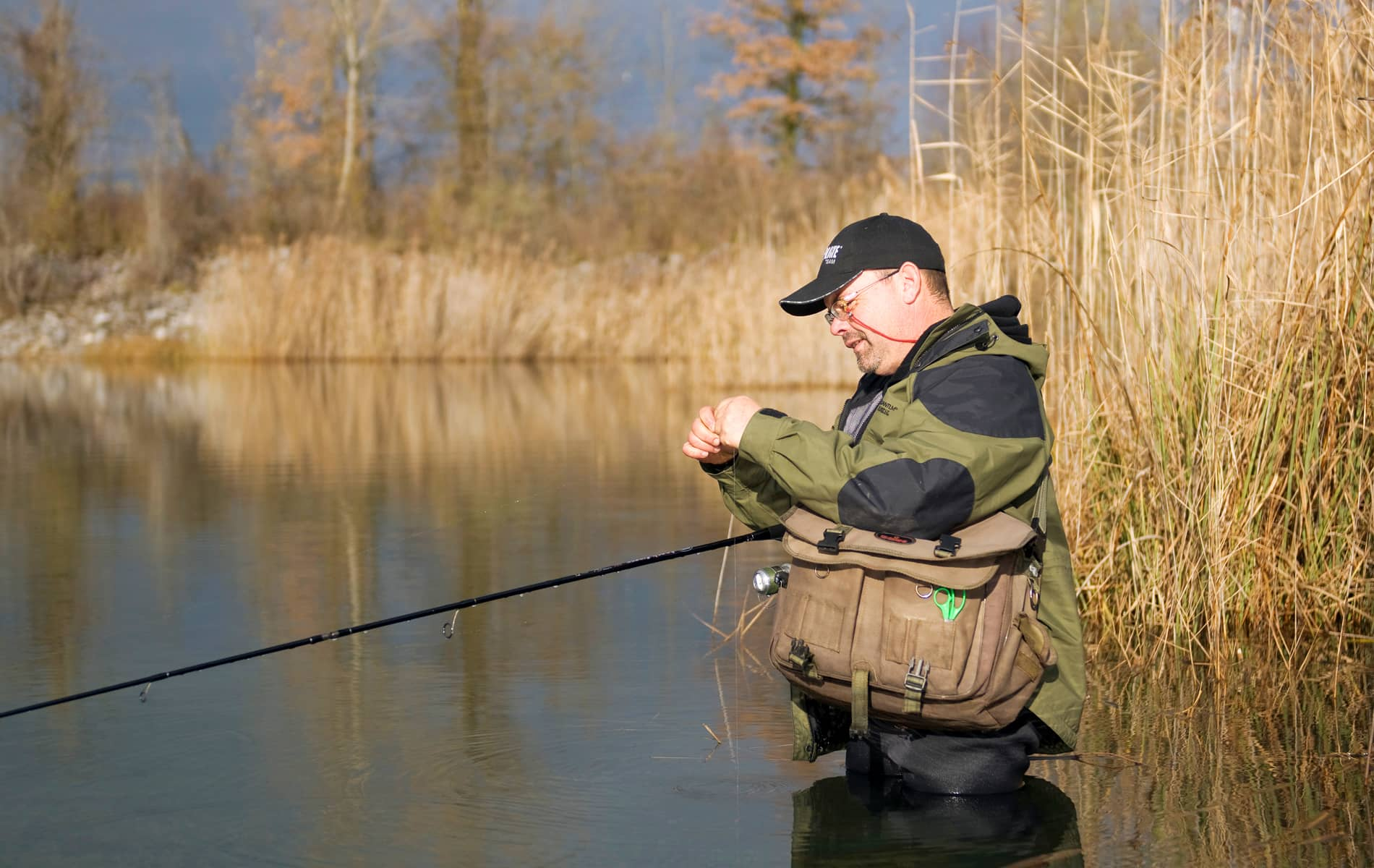 Pêcheur en train de faire un montage de ligne
