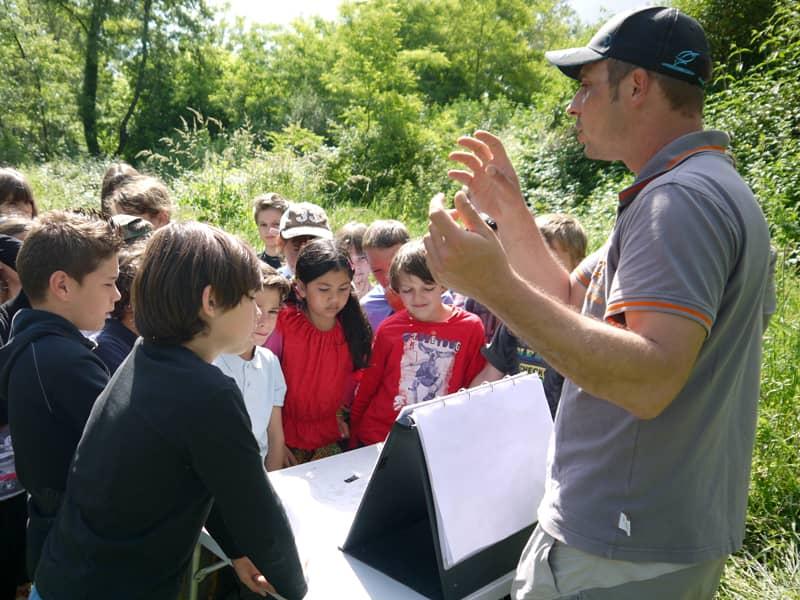 Atelier de sensibilisation à la protection des milieux aquatiques avec un groupe d'enfants