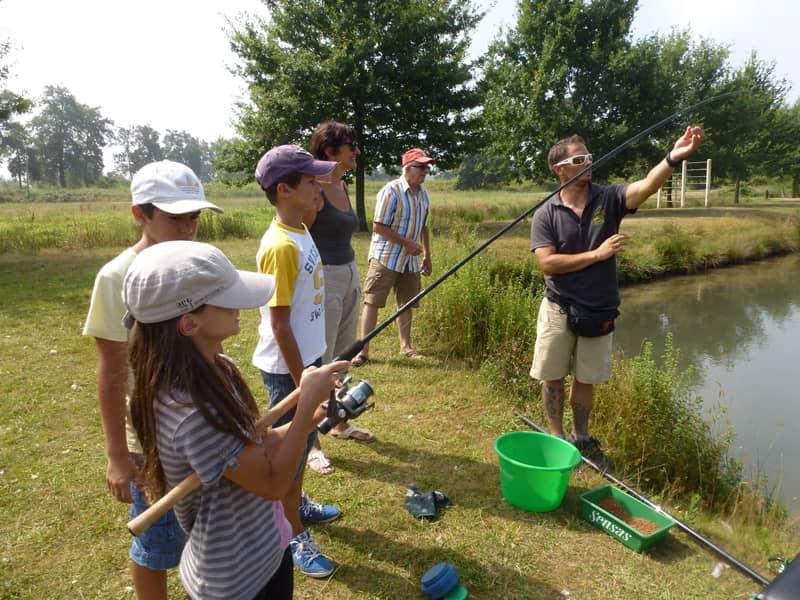 Initiation d'un groupe d'enfants à la pêche