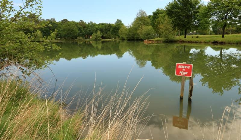 Panneau indiquant une zone en réserve de pêche