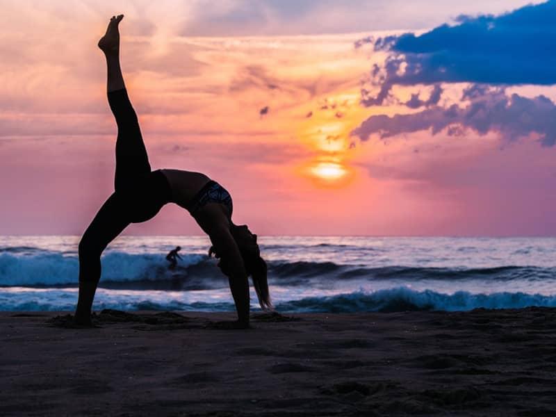 Acrobate sur une plage landaise au coucher du soleil