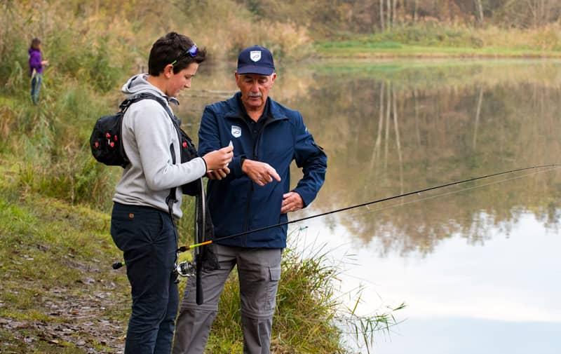 Garde pêche lors d'un contrôle de pêcheur