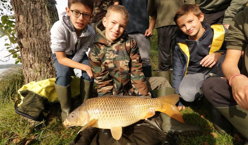 Stage de pêche de la carpeStage de pêche de la carpe avec groupe d'enfant avec groupe d'enfant
