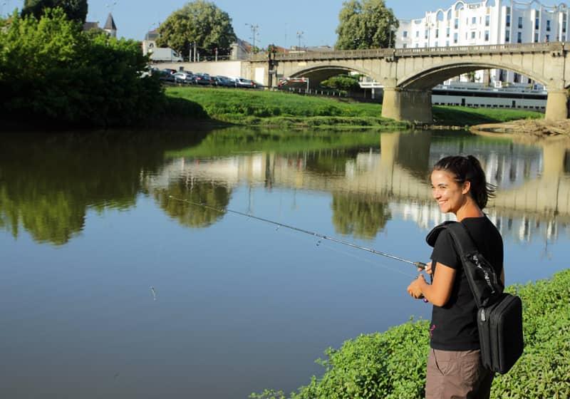 Femme à la pêche aux leurres