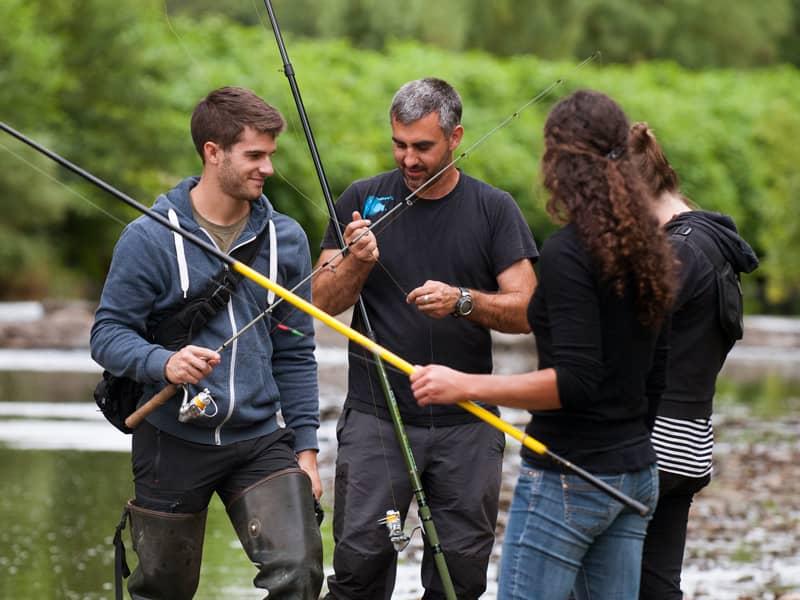 Groupe de 4 pêcheurs en train de faire un montage de ligne