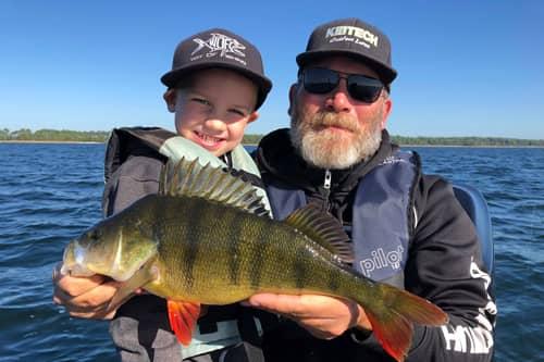 Guide de pêche CIMAP avec enfant et capture de perche