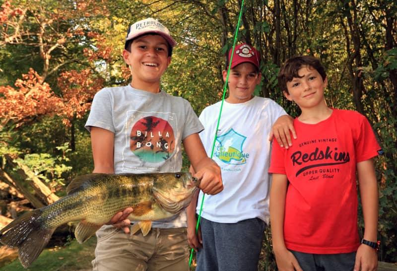 Trois jeunes pêcheurs avec black bass