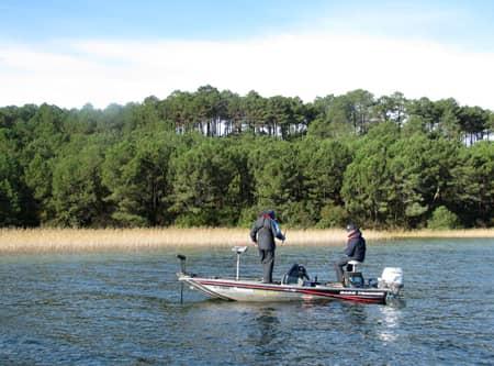 Bateau de pêche sur le lac de cazaux sanguinet