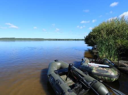Bateau accostés sur l'étang de Léon