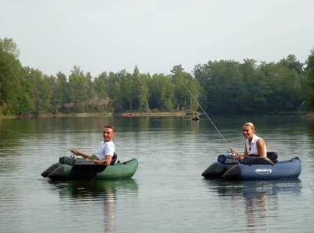 Deux pêcheurs en float-tube sur la graviere de roma et marthe