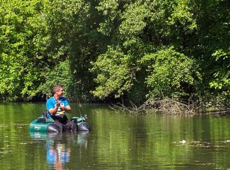 pêcheur en float-tube sur la graviere des glés neufs