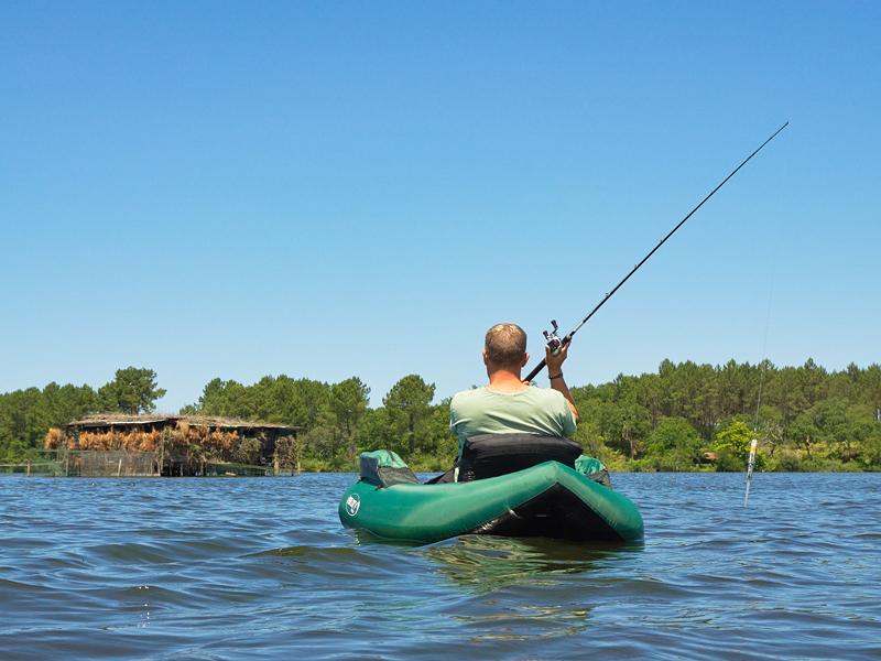 Pêcheur en float-tube sur un plan d'eau
