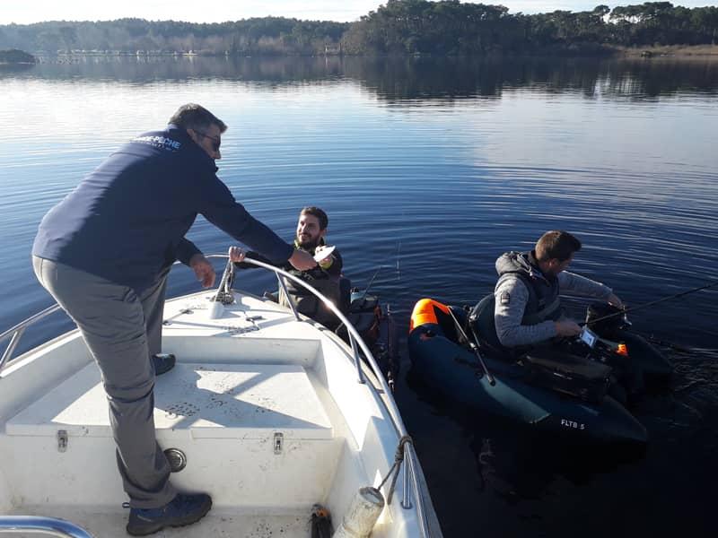 Garde pêche en train de contrôler deux pêcheurs en float-tube